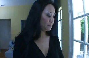 Աշակերտուհին իր գործընկերոջը ձգում սեքս վիդեոներ է մեծ Ակնոցներով ։